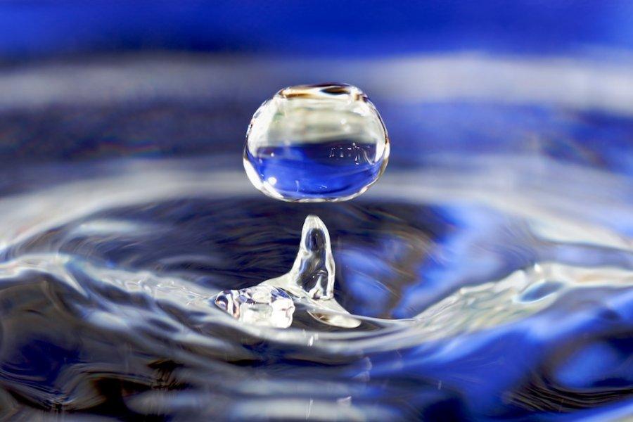 Water drop. Photo Jose Manuel Suarez, Wikimedia Commons